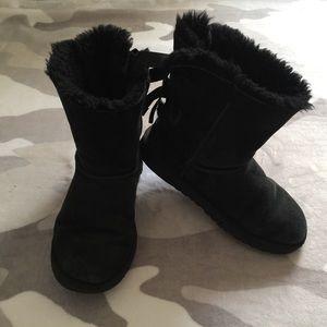 👯♀️$16 IF BUNDLE. Ugg youth boots